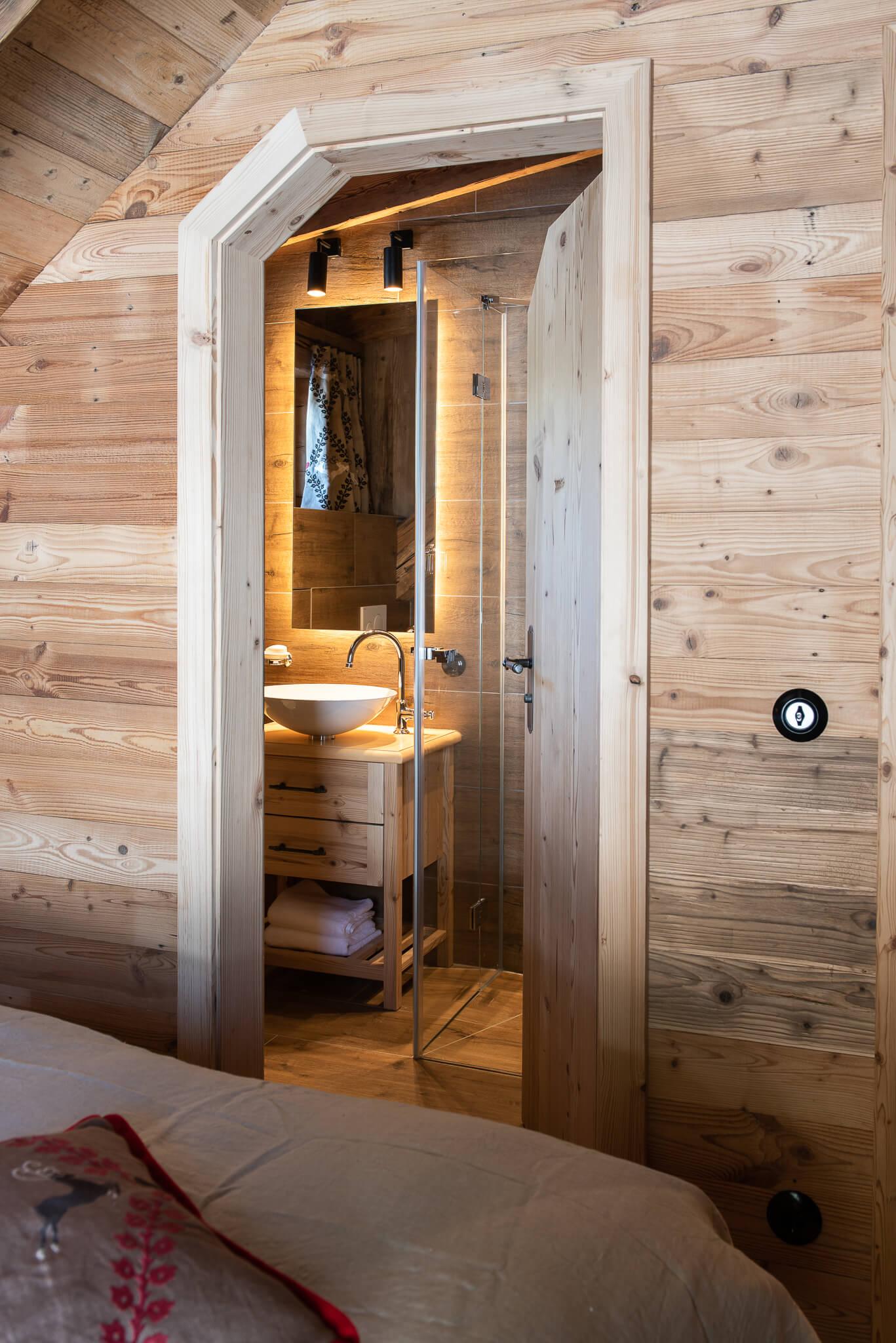Zimmer mit Doppelbett und eigenem Bad